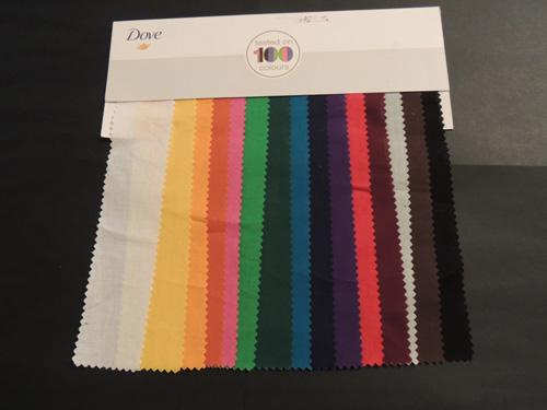 Para comprobar que Dove Invisible Dry no dejaba huella sobre la ropa conté con este muestrario de telas de colores.