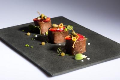 Tacos de bonito marinado, fresas ecológicas y encurtidos_Quince Nudos