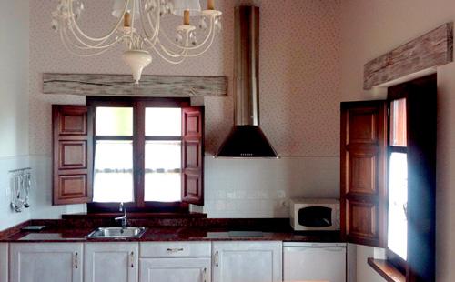 La cocina está integrada dentro del salón y está equipada con todo lo necesario.