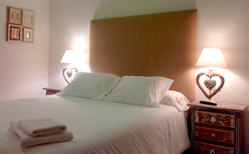 El dormitorio está decorado con un gusto exquisito.