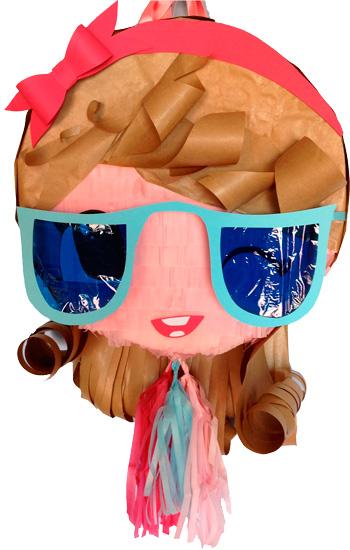 Una graciosa niña con enormes gafas.