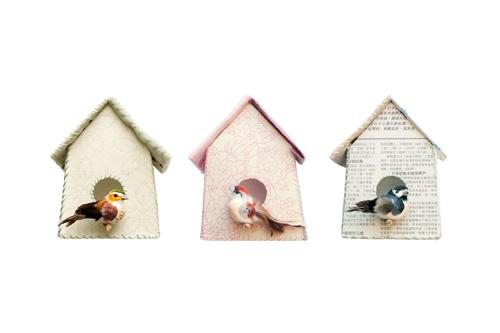 Las casitas de pájaros, disponibles en flores rosas, verdes o estampado de periódico, miden 13 x 16 cm y cuestan 7 € cada una.
