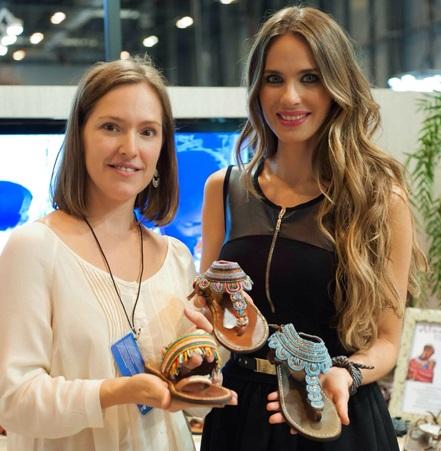 Vanesa, además de guapísima, es un cielo. Me habló de su colaboración con Alma en Pena en la Feria del Calzado de Madrid, donde la firma presentó su colección para el próximo verano.
