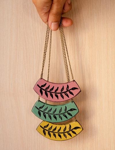 El collar de hojas está disponible en tres colores y sólo cuesta 10 €. ¡Me chifla!