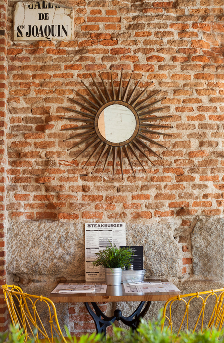 Me encantan sus paredes de ladrillo visto y todos los detalles que cuelgan de ellas.