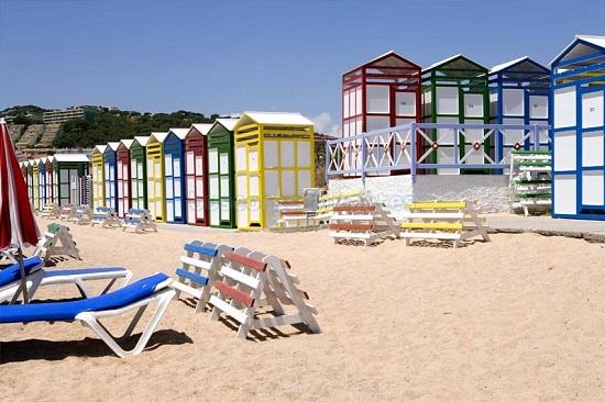 La playa de S'agaró, con sus casetas de colores, está cargaa de encanto.