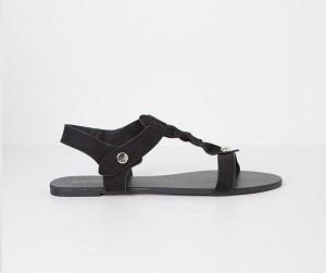 Sandalia plana de antelina, de Blanco (19,99 €)