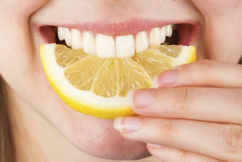 dientes y limón