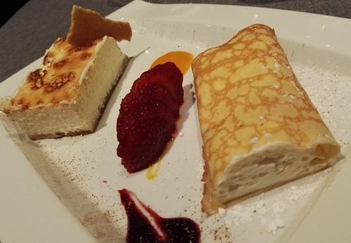 Tarta de queso gallego con confitura casera de fruta de la pasión y mango Filloas rellenas de mousse de queso.