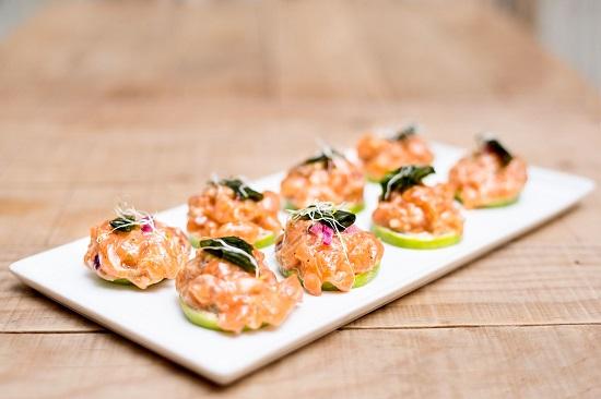 El tartar de salmón sobre limas es una de las nuevas propuestas ideales para los amantes de los sabores del mar.