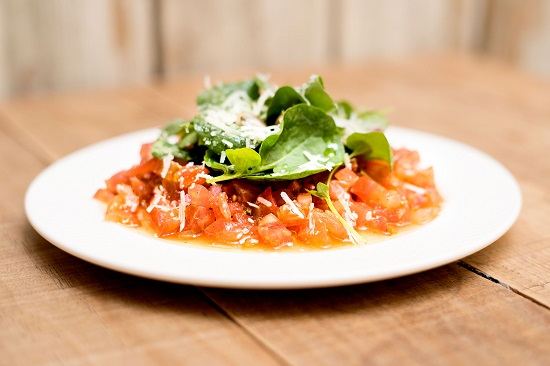 El Tartar de tomate a nuestra manera es una manera estupenda de abrir boca..