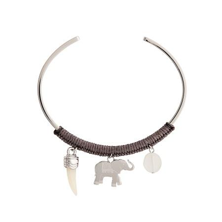 Gargantilla con charm central de elefante (59 €)