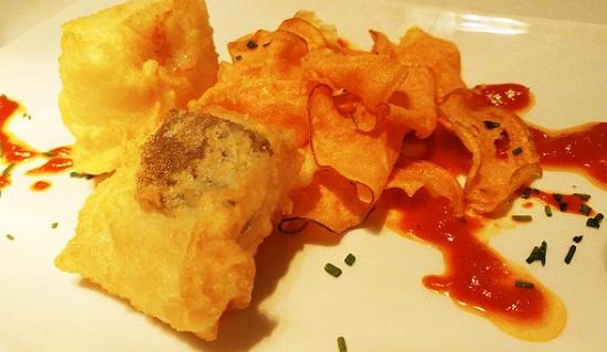 Tacos de bacalao en tempura y puré de pimiento asado.
