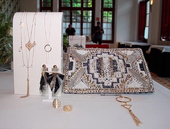 El dorado y los accesorios con lentejuelas y paillettes siguen siendo tendencia esta temporada.