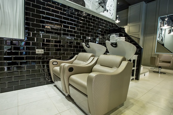 Zona de lavado (los sillones te dan un masaje mientras te acondicionan el cabello)